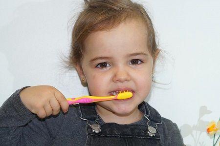 niña cepillando dientes