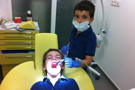 niños en clinica dental